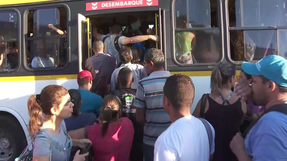 Em Jaboatão dos Guararapes, passageiros se empurram para entrar em ônibus no quarto dia sem a Linha Centro do Metrô — Foto: Reprodução/TV Globo