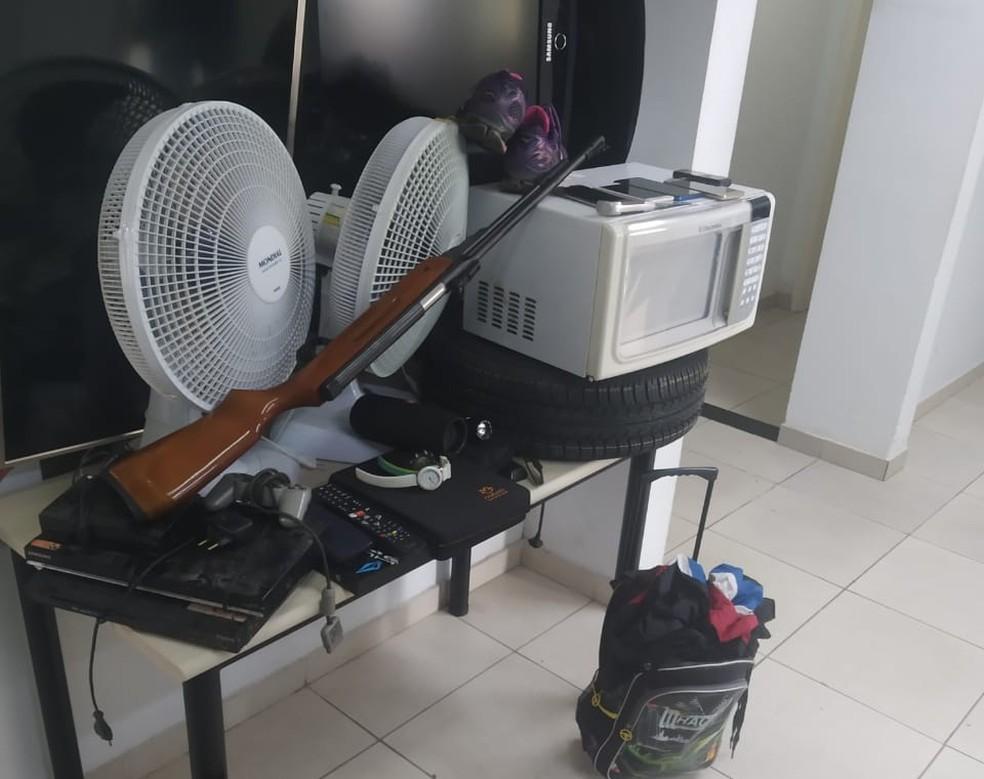 Armas utilizadas no crime foram encontradas com objetos furtados — Foto: Arquivo pessoal