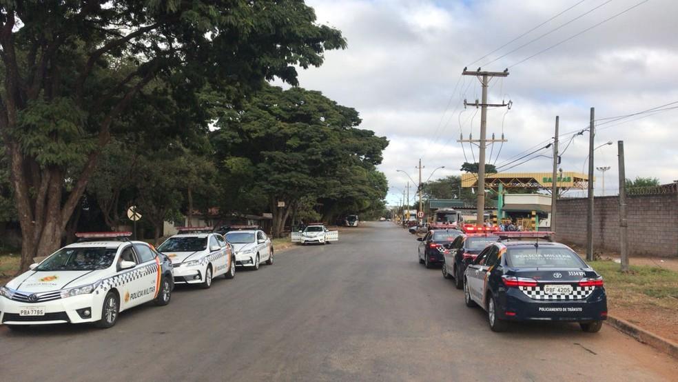 Polícia Militar escolta rua que dá acesso as distribuidoras de combustível no DF (Foto: Polícia Militar/Reprodução)