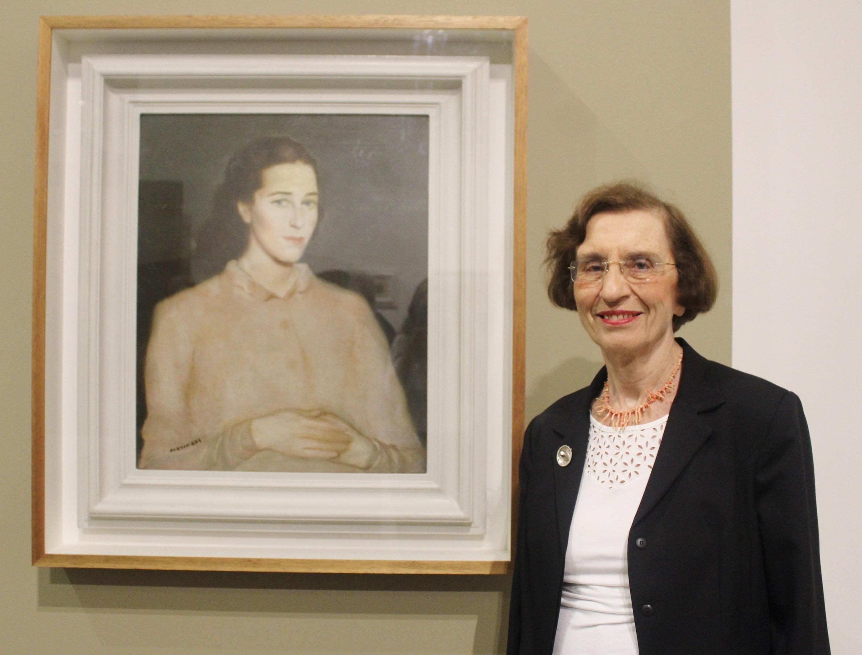 Anita Prestes ao lado do quadro de sua mãe