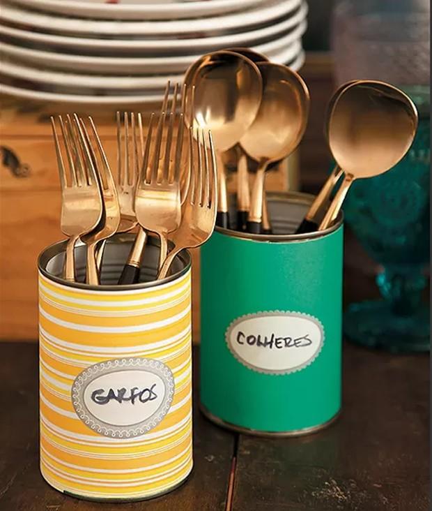 Um jeito divertido de dispor os talheres: latas decoradas com papel colorido. Produção de Henrique Morais (Foto: Cacá Bratke/Casa e Comida)