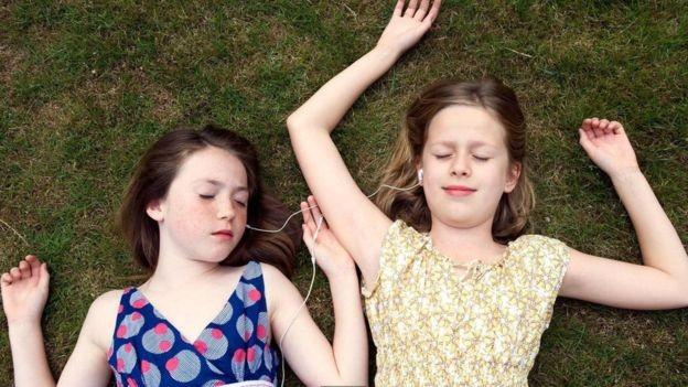 Estudos mostram que atos de 'autocuidado' trazem benefícios à saúde mental e bem-estar (Foto: Alamy via BBC)