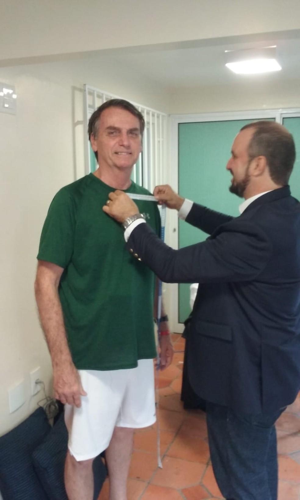 Bolsonaro tirou as medidas para o terno que vai usar na posse, em janeiro — Foto: Alba Valéria Mendonça