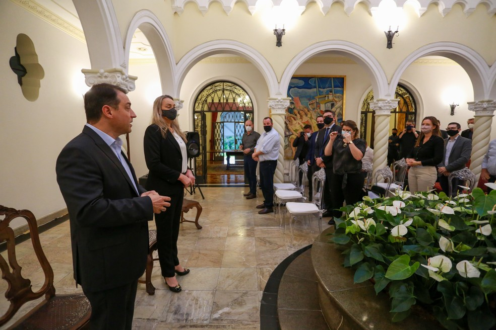 Governador de SC, Carlos Moisés, e vice-governadora, Daniela Reinehr, em reunião na segunda-feira (26) — Foto: Julio Cavalheiro/Secom/Divulgação