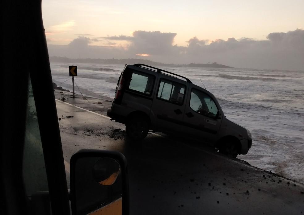 Carro de empresa ficou pendurado após cair em buraco provocado por erosão, no ES  — Foto: Adriana Moreira