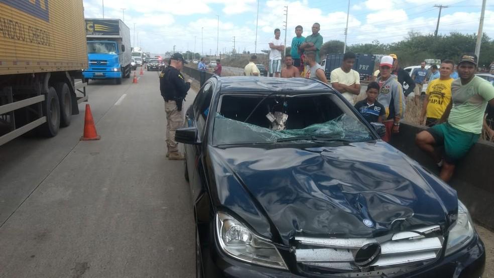 Carro após atingir motociclista em Caruaru — Foto: Magno Wendel/TV Asa Branca