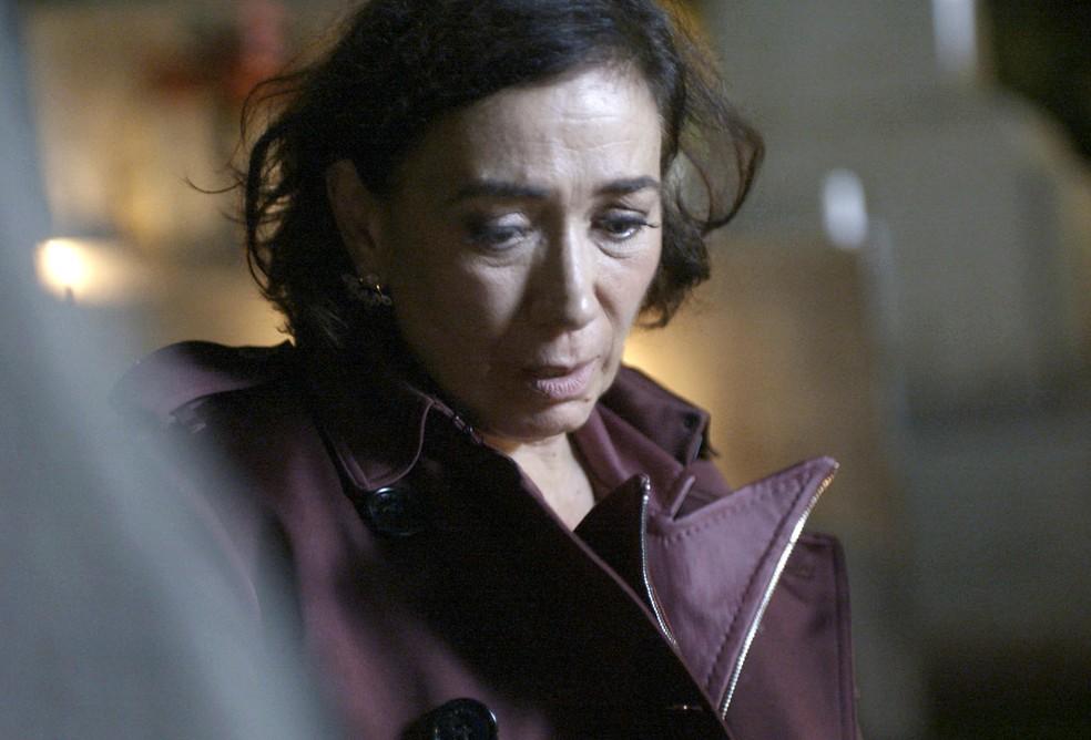 Valentina (Lilia Cabral) se assusta ao ver lápide com o nome do ex-noivo, na novela 'O Sétimo Guardião' — Foto: TV Globo