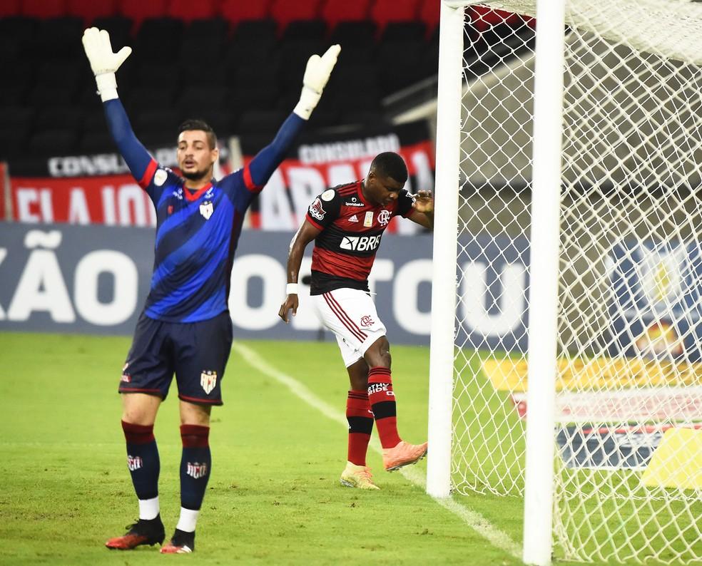 Lincoln lamenta gol perdido contra o Atlético-GO — Foto: ANDRÉ DURÃO