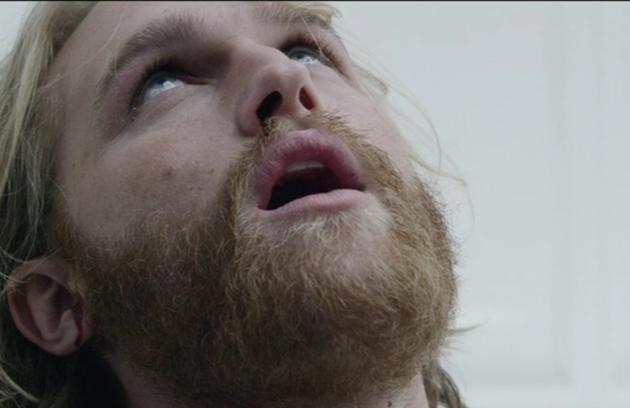 No segundo episódio da terceira temporada de  'Black mirror', Cooper (Wyatt Russell) morre depois de se submeter a um teste de um jogo (Foto: Reprodução)