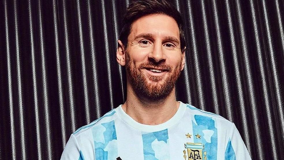 Lionel Messi com o novo uniforme da Argentina — Foto: DIVULGAÇÃO