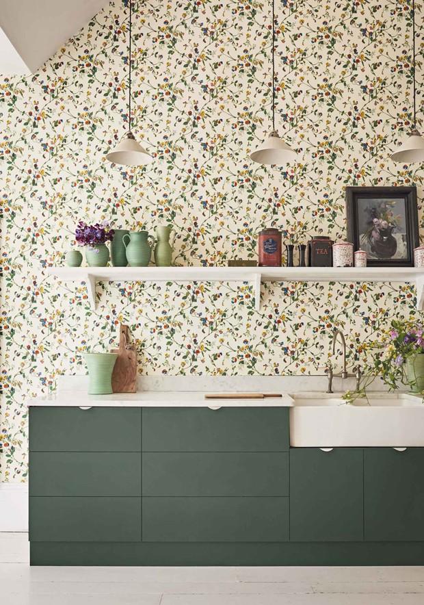 Décor do dia: papel de parede floral na cozinha (Foto: Cole & Son/Divulgação)