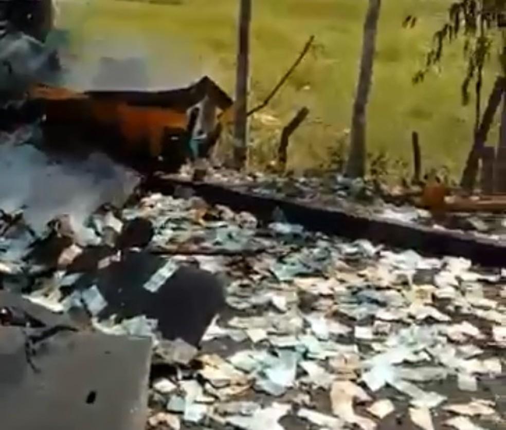 Cédulas ficaram espalhadas pela via após explosão de veículo (Foto: Arquivo pessoal)