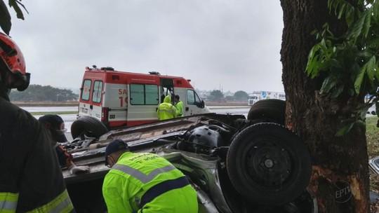 Capotagem mata duas mulheres e deixa homem e criança feridos em Araras, SP