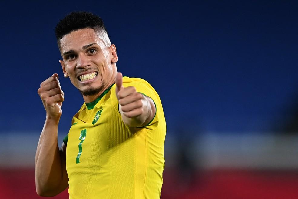 Paulinho comemora gol pela seleção na estreia das Olimpíadas de Tóquio — Foto: Daniel Leal-Olivas/AFP