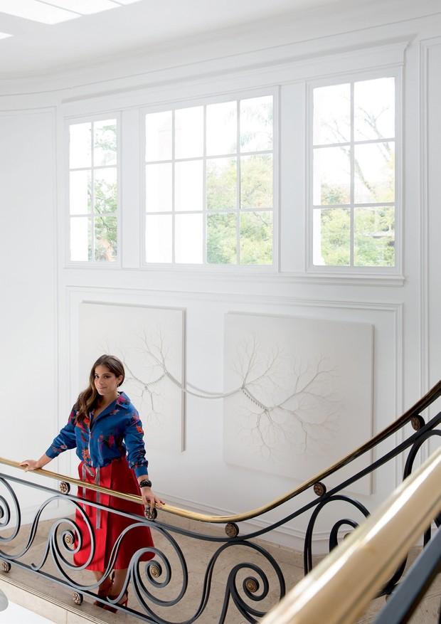 Camila usa blusa DVF, saia Coven, joias Amsterdam Sauer e sapatos Alexandre Birman, em frente à obra de Janaina Mello Landini.  (Foto: André Klotz)