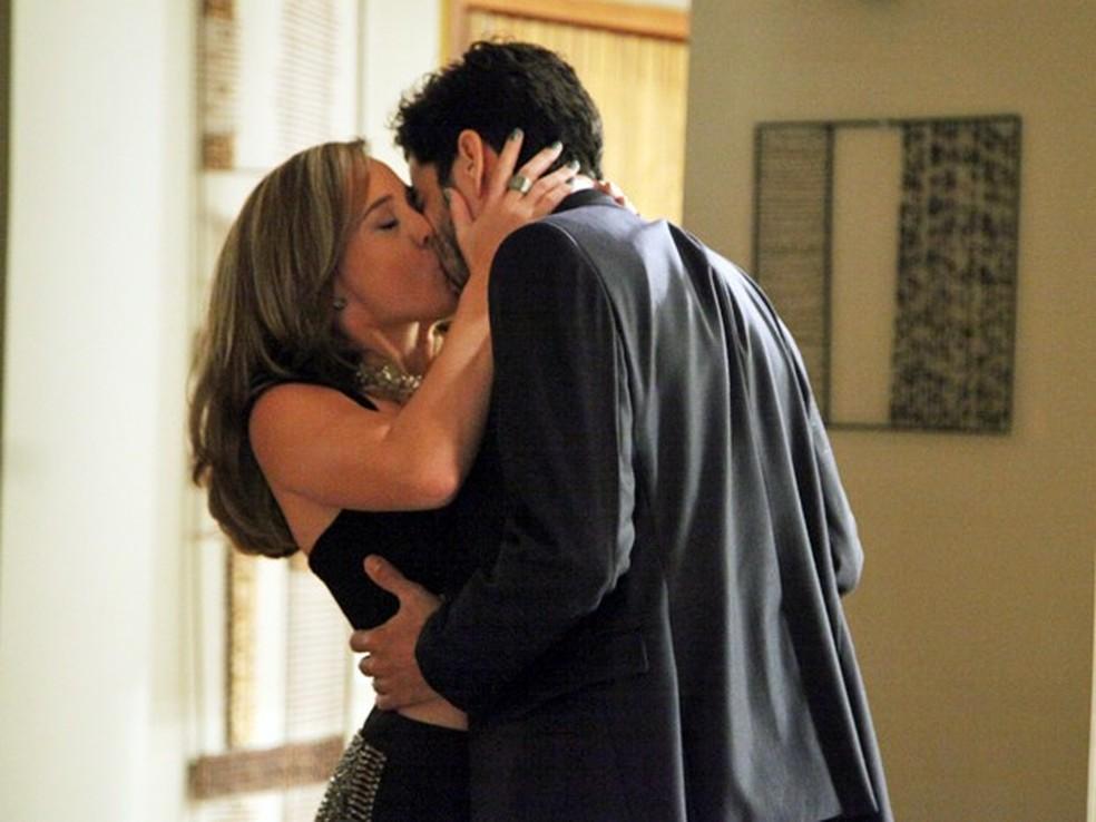 Amanda (Adriana Birolli) e José Pedro (Caio Blat) se beijam na escada - 'Império' — Foto: Carol Caminha/Globo