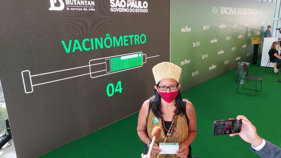 Vanusa Kaimbé foi a quarta pessoa a receber a vacina contra a Coronavac no Brasil neste domingo (17) no Hospital das Clínicas, em SP. — Foto: Rodrigo Rodrigues/G1
