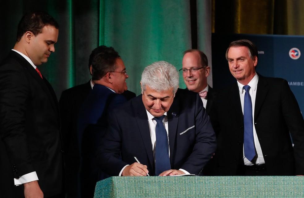 O ministro da Ciência e Tecnologia, Marcos Pontes, durante assinatura do acordo que permite aos EUA lançar satélites da base de Alcântara (MA) — Foto: Alan Santos/Presidência da República