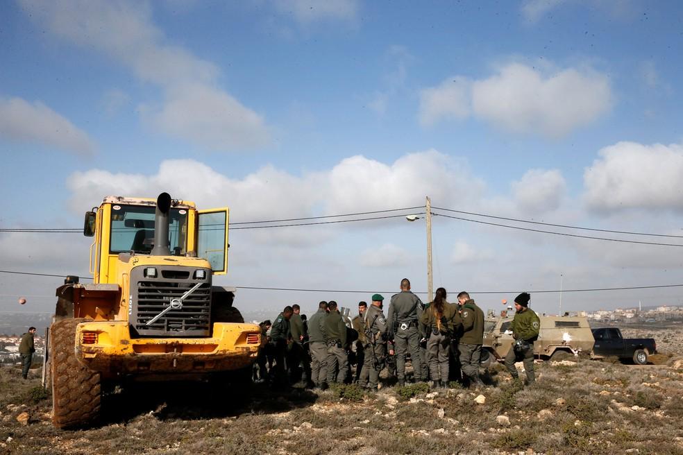 Polícia paramilitar israelense se reúne durante desocupação em Amona, na Cisjordânia ocupada, nesta quinta-feira (3) — Foto: Ronen Zvulun/ Reuters