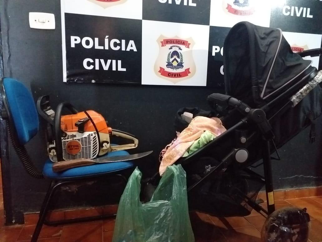 Polícia recupera carrinho de bebê e roupas que tinham sido furtadas para traficante presentear companheira grávida