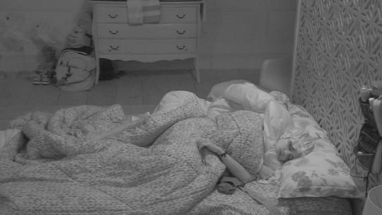 Jéssica e Paula dormem no Quarto Tropical