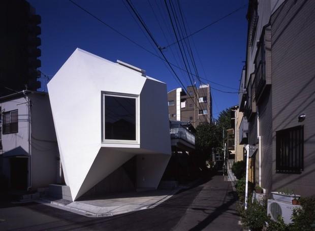 Os arquitetos criaram os diferentes ângulos para aproveitar melhor o espaço (Foto: Makoto Yoshida/ Atelier Tekuto/ Reprodução)