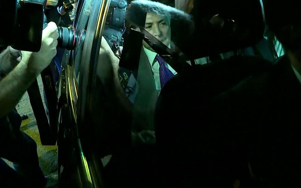 Temer na chegada a sua casa, na Zona Oeste de SP, após ser solto — Foto: Reprodução/TV Globo