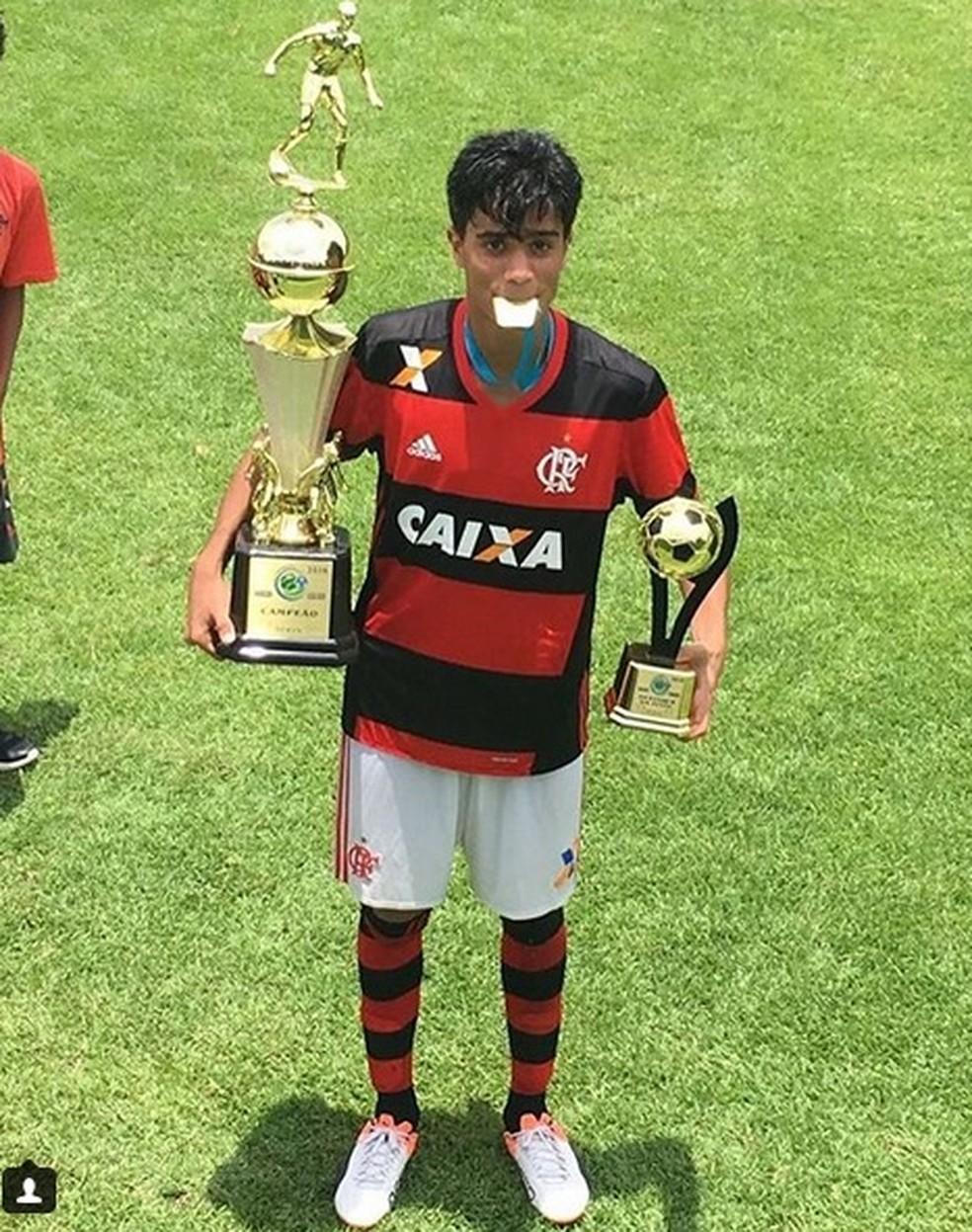 Reinier com duas taças após campeonato pelo Flamengo (Foto: Arquivo Pessoal)