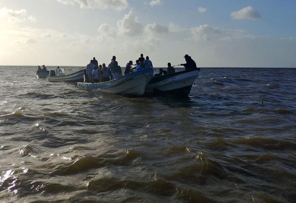 -  Foto da polícia militar de Honduras mostra a equipe de resgate no acidente da lancha que carregava 24 pessoas  Foto: HO/Polícia Militar de Honduras v