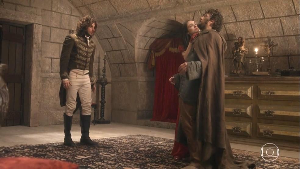 Anna (Isabelle Drummond) rende Thomas (Gabriel Braga Nunes), quer matá-lo, mas é demovida por Joaquim (Chay Suede), em 'Novo Mundo' — Foto: TV Globo