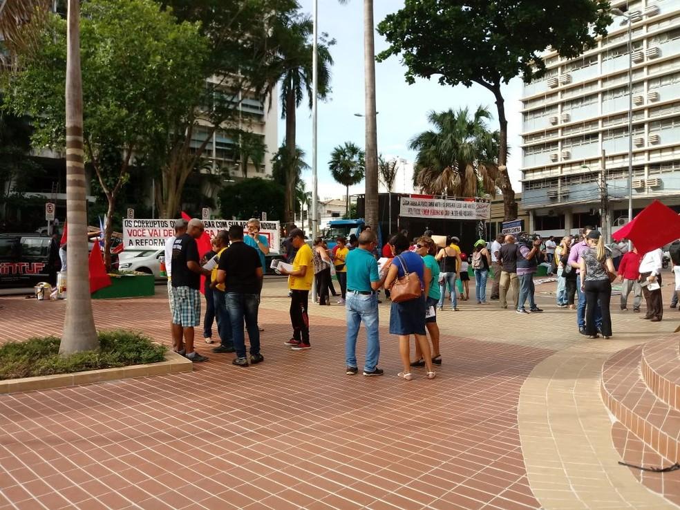 Ato público foi realizado na Praça Alencastro, no Centro de Cuiabá, nesta terça-feira (5) (Foto: Guto Abranches/TVCA)