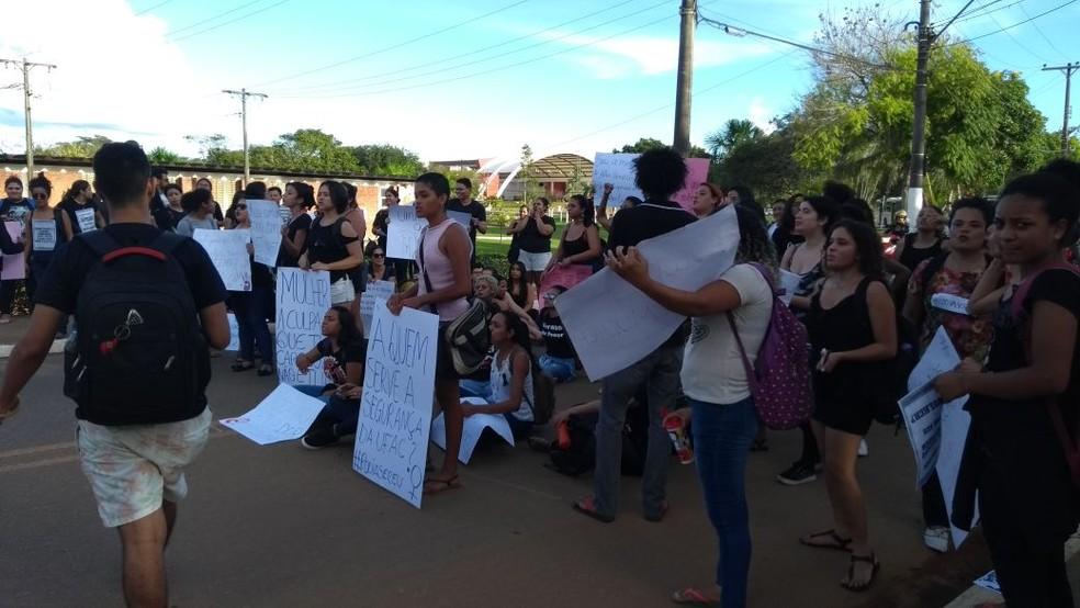 Estudantes fecharam entrada da universidade em protesto por aluna que foi estuprada (Foto: Alline Lázari/Arquivo Pessoal)