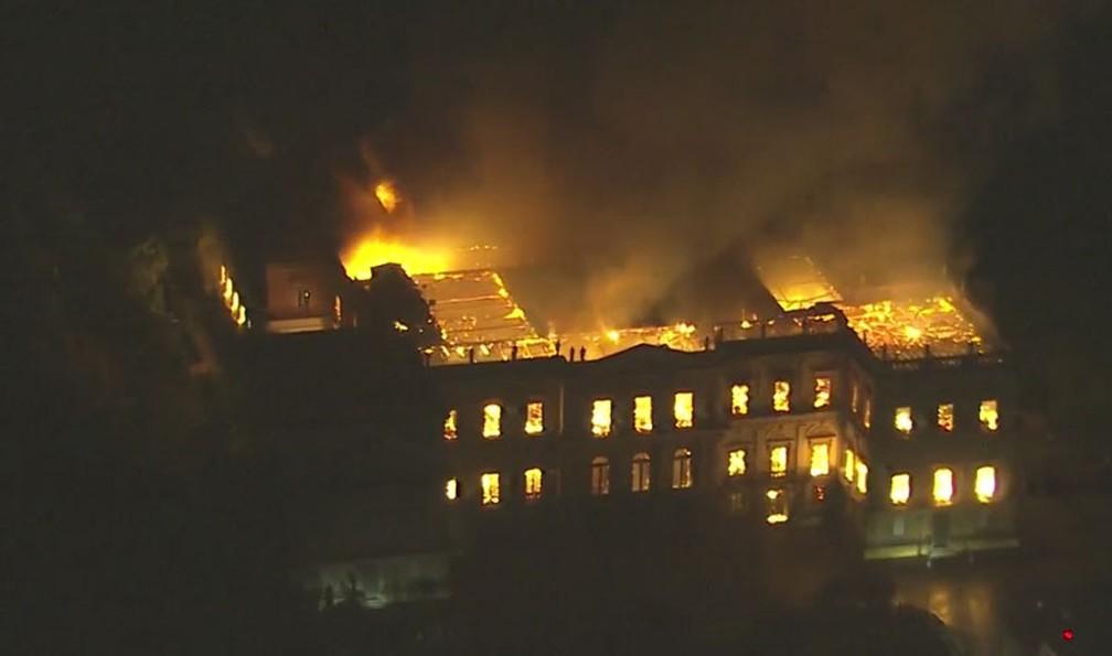 Grande parte do Museu Nacional destruída pelas chamas (Foto: Reprodução/TV Globo)