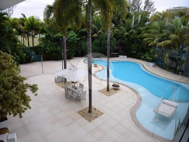 QUINTAL | Ampla área externa com piscina e palmeiras da mansão à venda da apresentadora Xuxa Meneguel, na Barra da Tijuca (Foto: Judice & Araujo Imóveis/Reprodução)