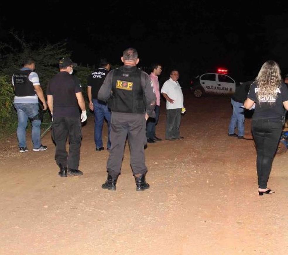 Dois homens foram encontrados mortos em estrada de terra, em Mossoró (Foto: Marcelino Neto/O Câmera)