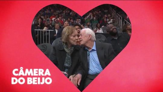 Ex-presidente dos Estados Unidos é flagrado por câmera do beijo na vitória dos Knicks sobre os Hawks