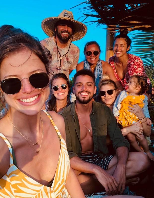 Agatha Moreira e família de Rodrigo Simas (Foto: Reprodução/Instagram)