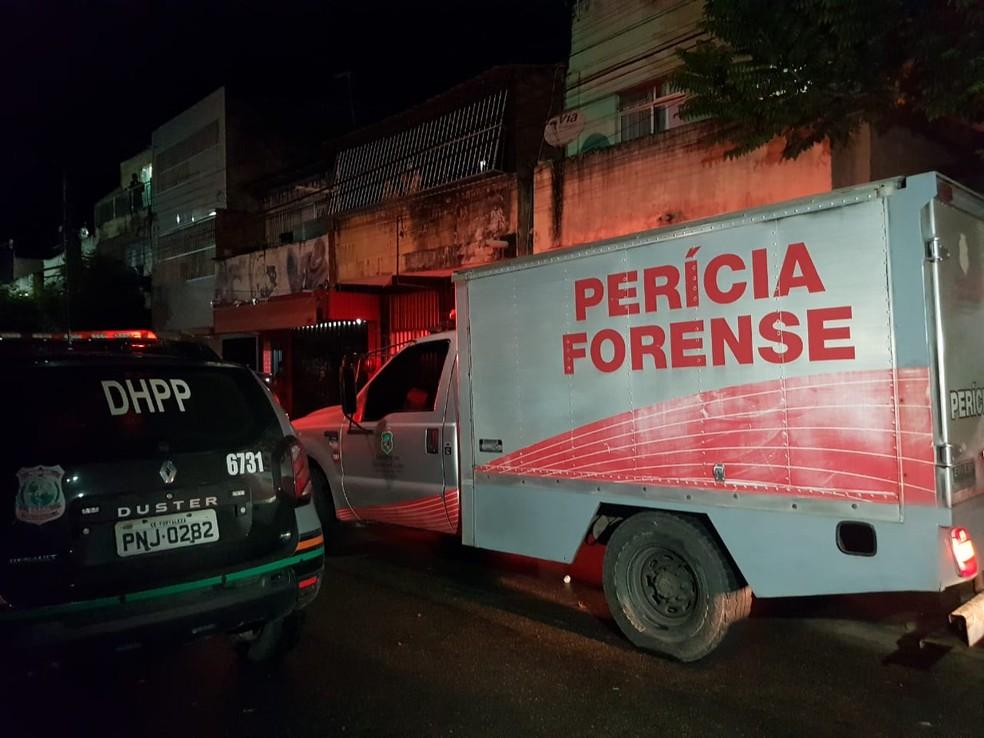 Pescador é morto a tiros após ser perseguido por dupla em moto na Barra do Ceará, em Fortaleza. — Foto: Rafaela Duarte/SVM