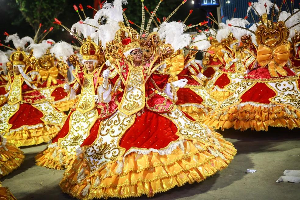 Ala das baianas da União da Ilha, no desfile deste ano; nova regra reduz para 60 o número mínimo de componentes na ala para carnaval de 2020 — Foto: Rodrigo Gorosito/G1