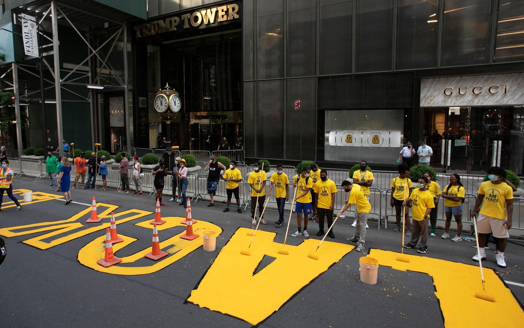 Nova York estampa slogan 'Black Lives Matter' em frente à Trump Tower