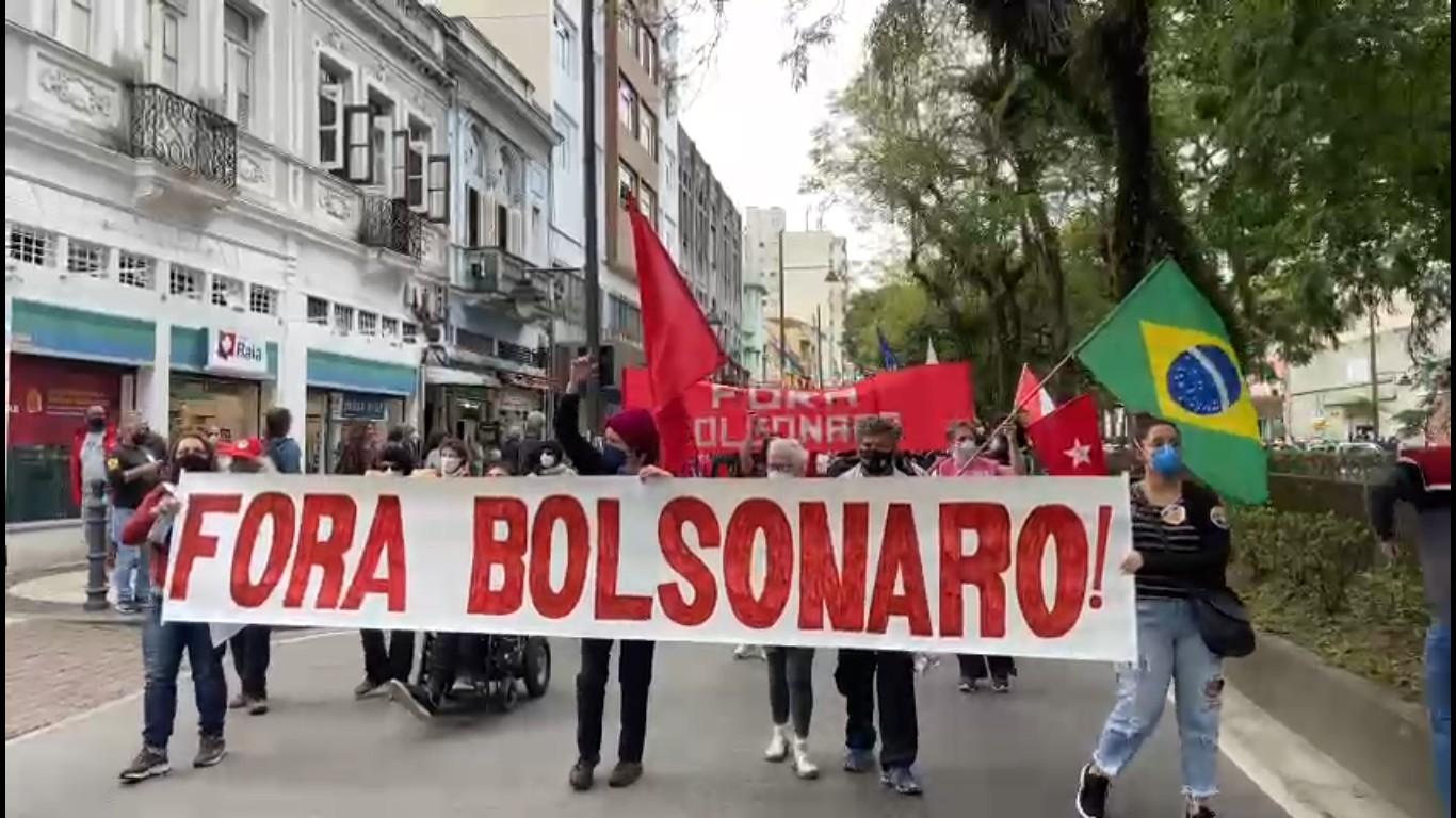 Manifestantes fazem protesto contra o presidente Jair Bolsonaro e a favor da vacina contra Covid-19 em Petrópolis, no RJ