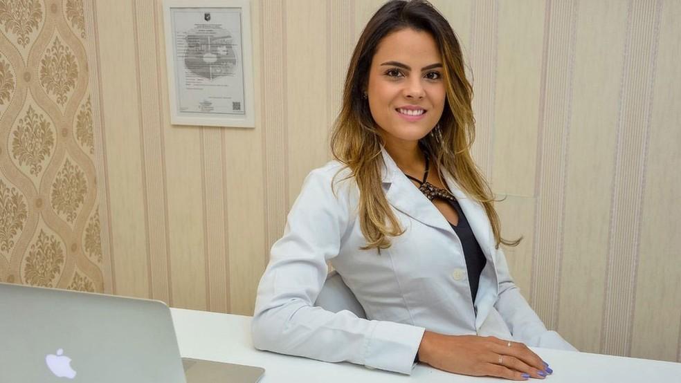 Marina Aguiar se formou em Medicina e se especializou em transplantes para tratar pacientes com leucemia — Foto: Arquivo Pessoal/ BBC