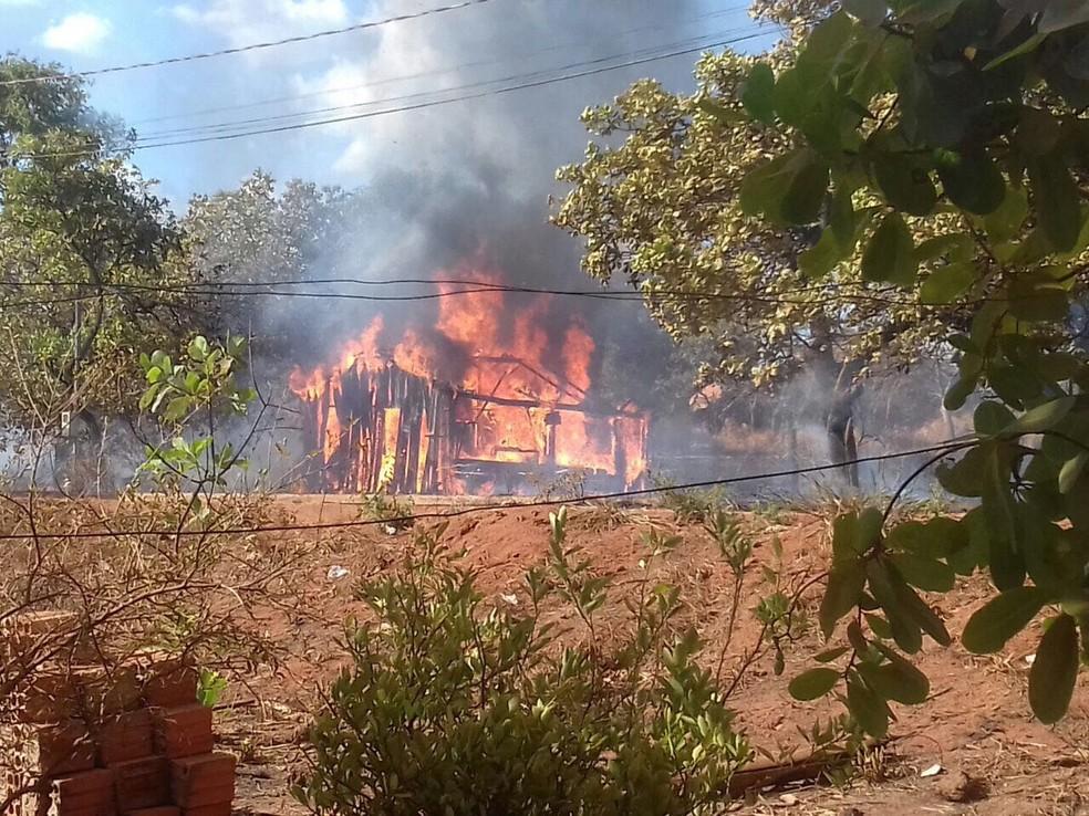 Casa foi totalmente destruída pelas chamas (Foto: Portal O Norte/Divulgação)