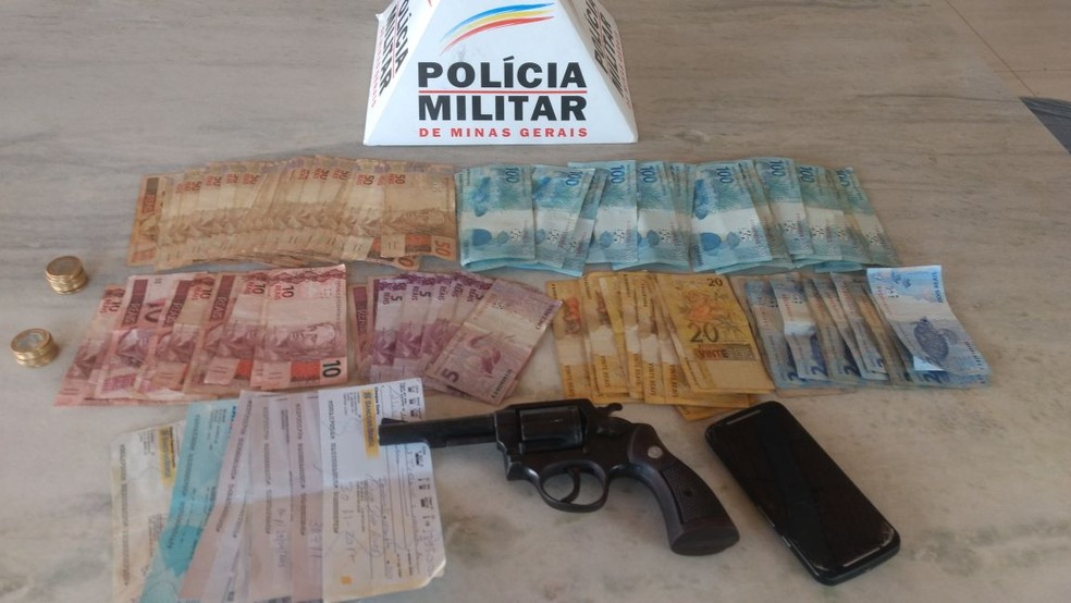 na casa do foragido, os militares apreenderam um revólver, R$ 4.201 em dinheiro e folhas de cheque.  (Foto: Polícia Militar/Divulgação)