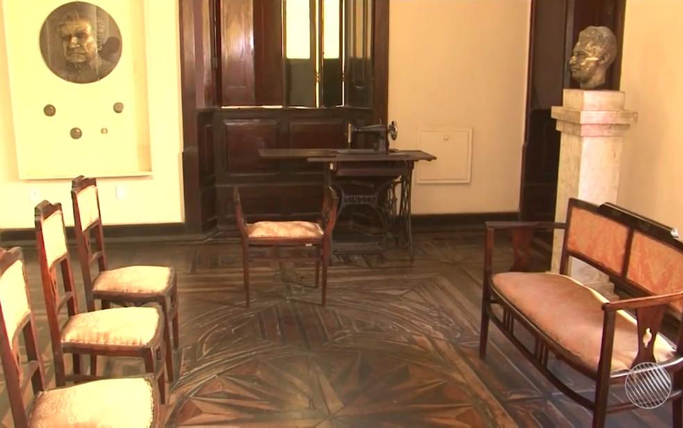 Móveis da época em que Jorge ainda morava na casa estão expostos em perfeito estado (Foto: Reprodução/TV Santa Cruz)
