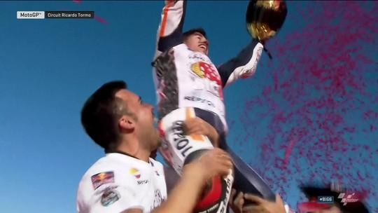 É tetra! Márquez evita queda, vê rival cair e fatura título da MotoGP em Valencia