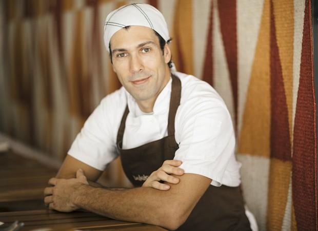 Chef Rodrigo Oliveira, do Mocotó, distribui marmitas na Zona Norte de SP
