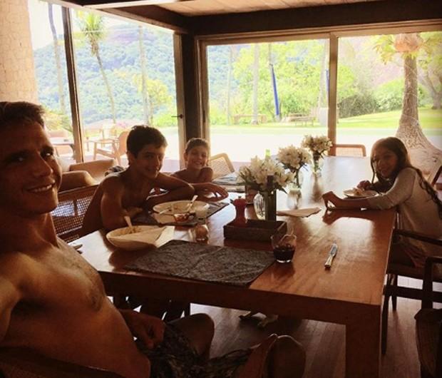 Marcio Garcia durante lanche com os filhos na sala de casa (Foto: Reprodução/Instagram)