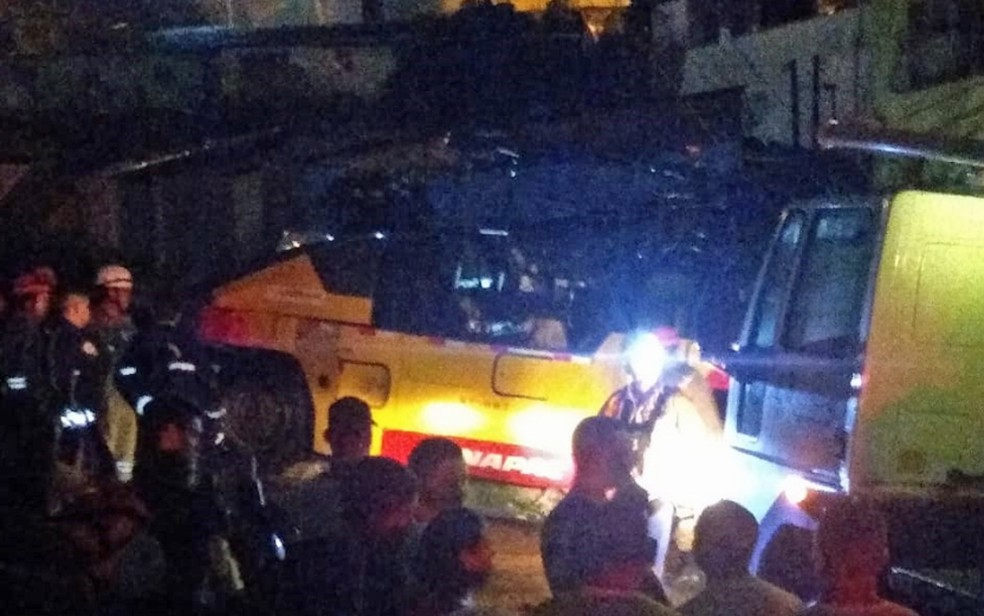 Idoso foi atropelado por máquina que fazia pavimentação de rua no bairro da Macaxeira, na Zona Norte do Recife, na segunda-feira (20) — Foto: Reprodução/WhatsApp
