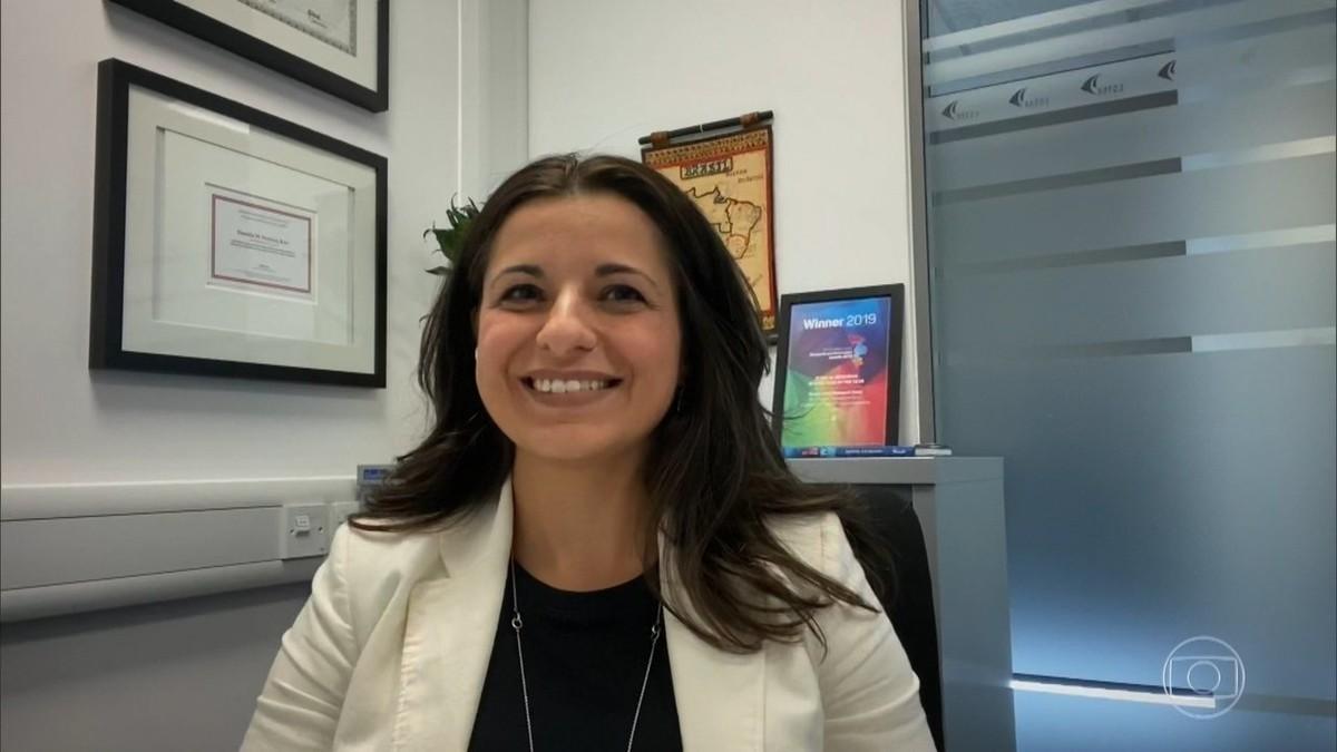 Brasileira que coordena testes da vacina de Oxford contra Covid-19 se diz otimista: 'Quero passar o Natal no Brasil'